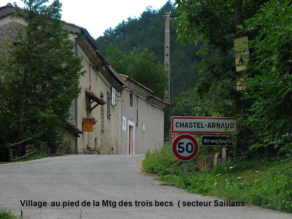 Village au pied de la Mtg des trois becs ( secteur Saillans )