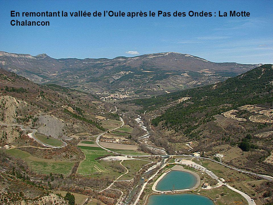 En remontant la vallée de l'Oule après le Pas des Ondes : La Motte Chalancon