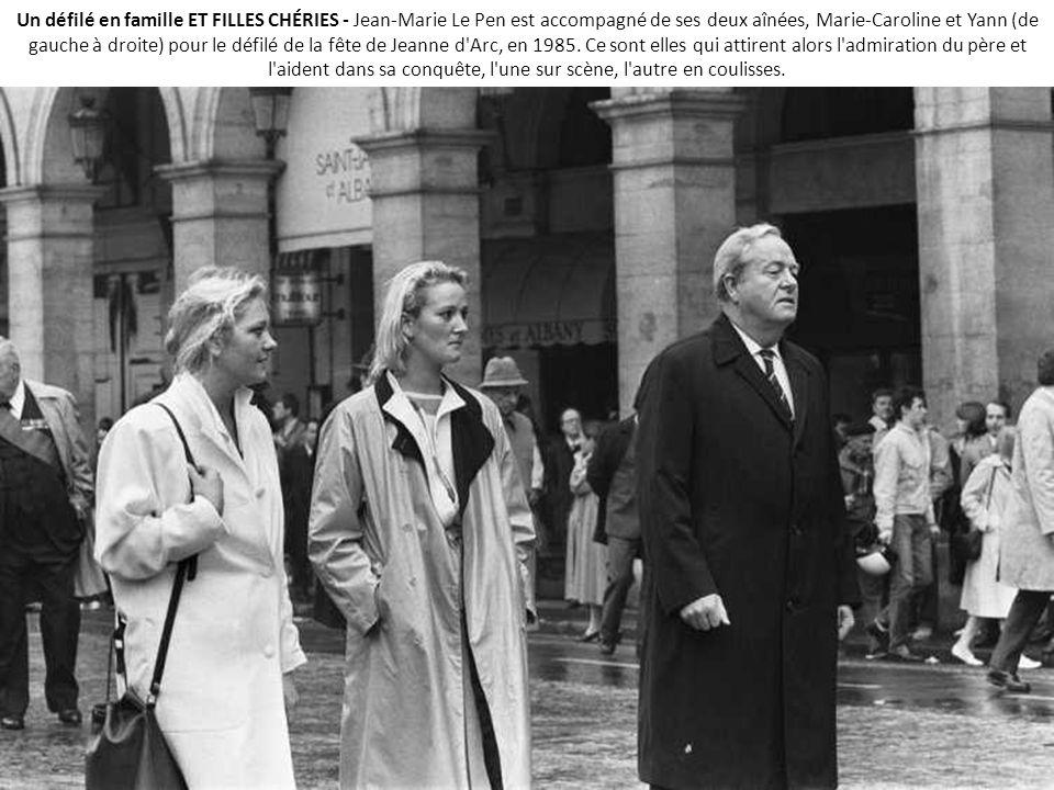 Un défilé en famille ET FILLES CHÉRIES - Jean-Marie Le Pen est accompagné de ses deux aînées, Marie-Caroline et Yann (de gauche à droite) pour le défilé de la fête de Jeanne d Arc, en 1985.