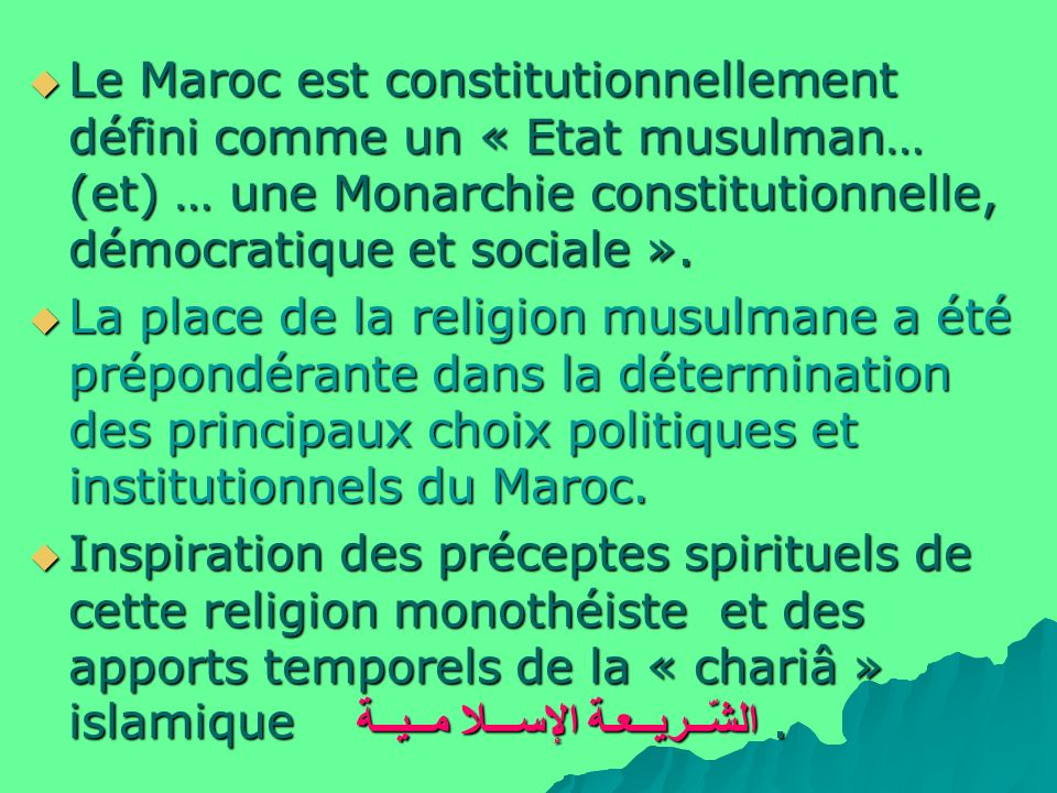 Le Maroc est constitutionnellement défini comme un « Etat musulman… (et) … une Monarchie constitutionnelle, démocratique et sociale ».