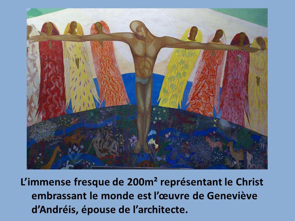 L'immense fresque de 200m² représentant le Christ embrassant le monde est l'œuvre de Geneviève d'Andréis, épouse de l'architecte.