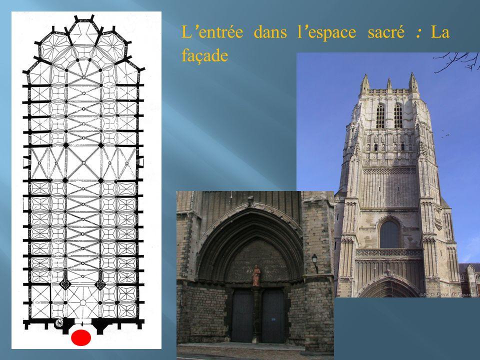L'entrée dans l'espace sacré : La façade