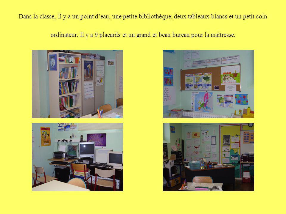 Dans la classe, il y a un point d'eau, une petite bibliothèque, deux tableaux blancs et un petit coin ordinateur.