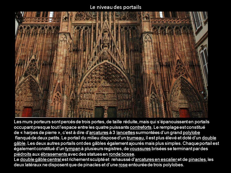 Le niveau des portails Les murs porteurs sont percés de trois portes, de taille réduite, mais qui s'épanouissent en portails.