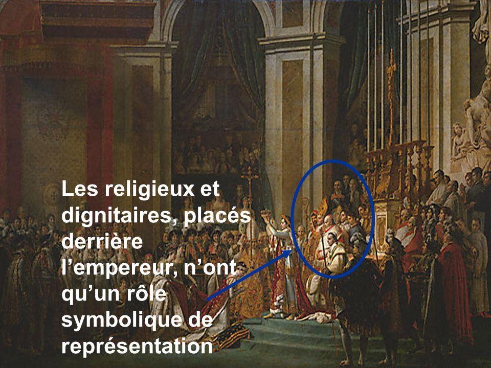 Les religieux et dignitaires, placés derrière l'empereur, n'ont qu'un rôle symbolique de représentation