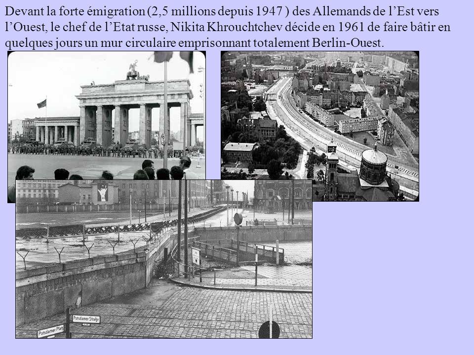 Devant la forte émigration (2,5 millions depuis 1947 ) des Allemands de l'Est vers l'Ouest, le chef de l'Etat russe, Nikita Khrouchtchev décide en 1961 de faire bâtir en quelques jours un mur circulaire emprisonnant totalement Berlin-Ouest.