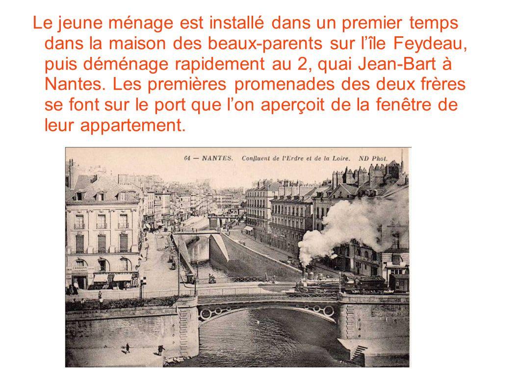 Le jeune ménage est installé dans un premier temps dans la maison des beaux-parents sur l'île Feydeau, puis déménage rapidement au 2, quai Jean-Bart à Nantes. Les premières promenades des deux frères se font sur le port que l'on aperçoit de la fenêtre de leur appartement.