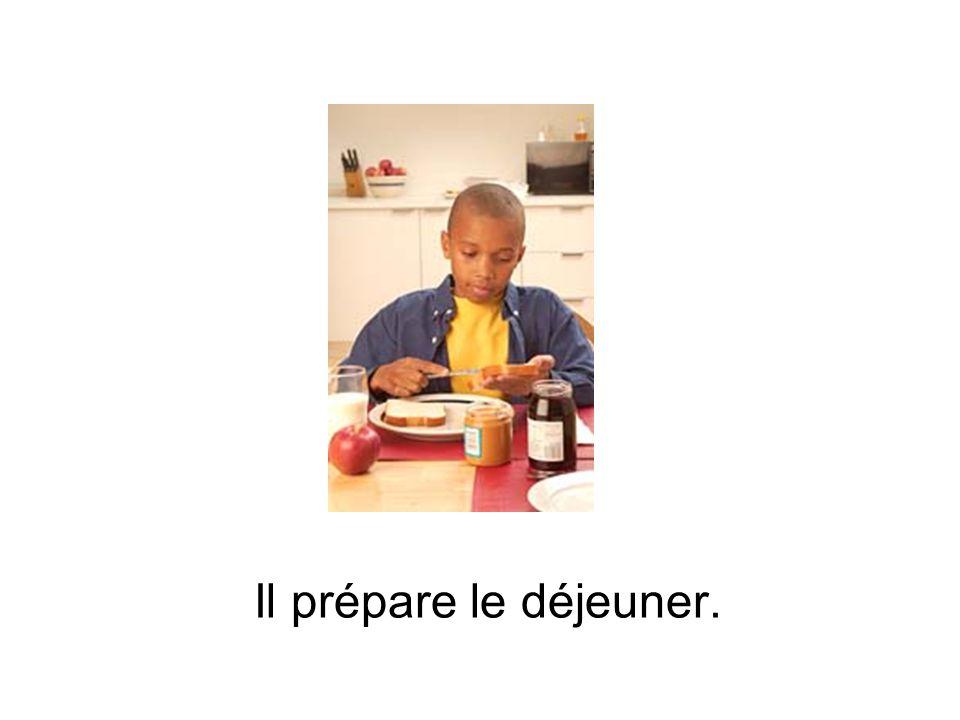 Il prépare le déjeuner.