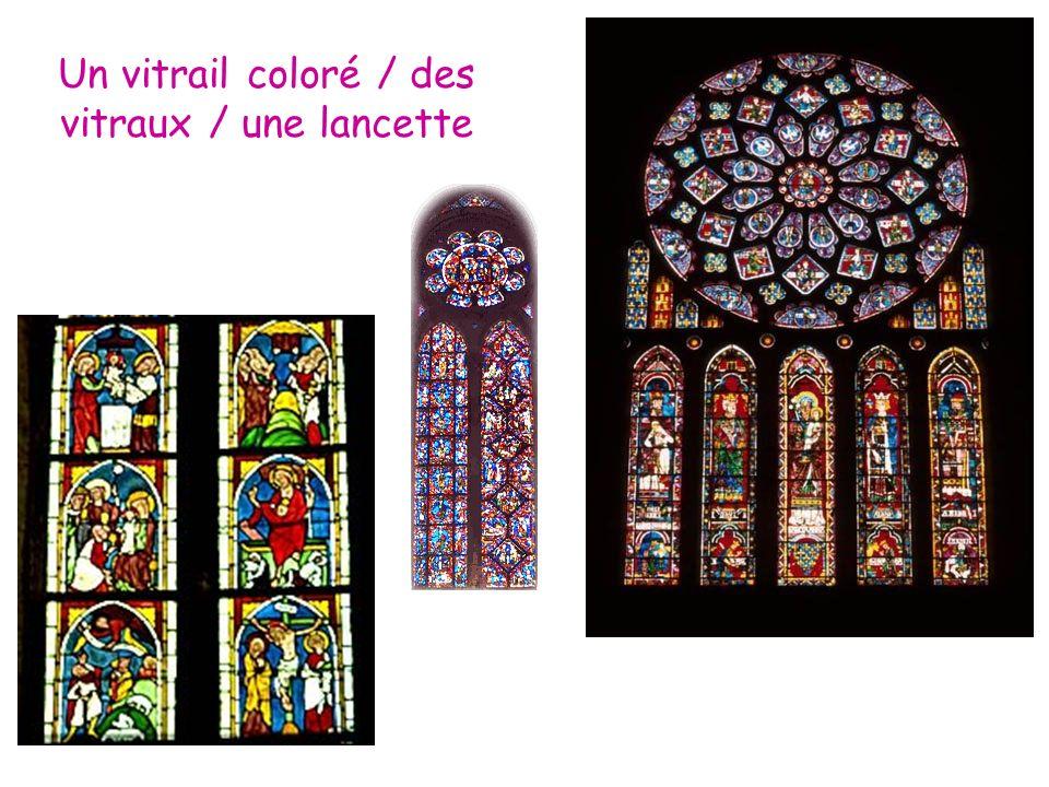 Un vitrail coloré / des vitraux / une lancette