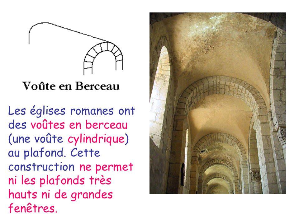 Les églises romanes ont des voûtes en berceau (une voûte cylindrique) au plafond.