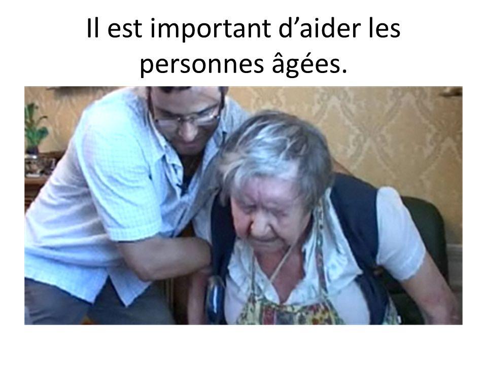 Il est important d'aider les personnes âgées.