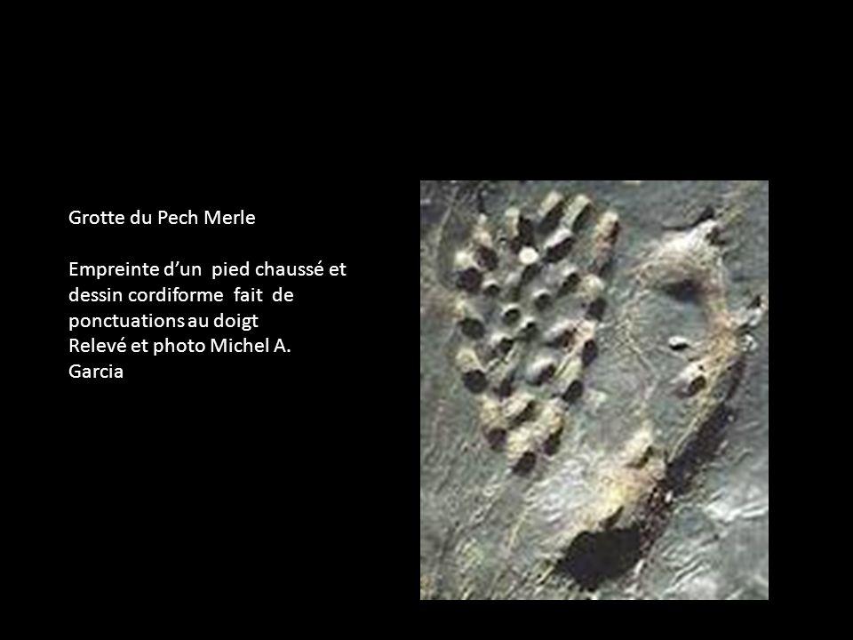 Grotte du Pech Merle Empreinte d'un pied chaussé et. dessin cordiforme fait de ponctuations au doigt.