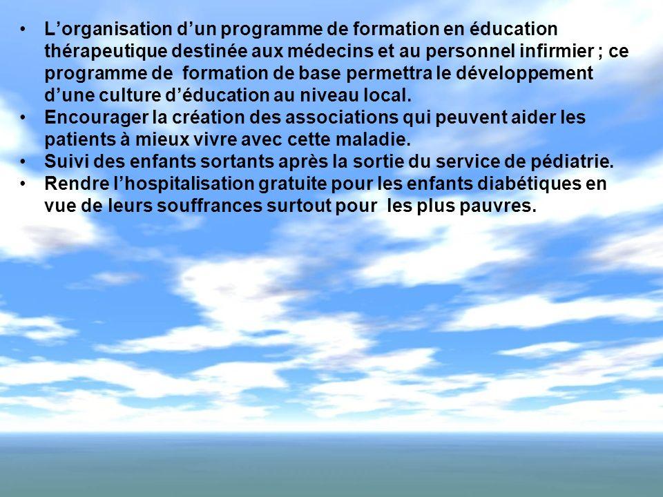 L'organisation d'un programme de formation en éducation thérapeutique destinée aux médecins et au personnel infirmier ; ce programme de formation de base permettra le développement d'une culture d'éducation au niveau local.