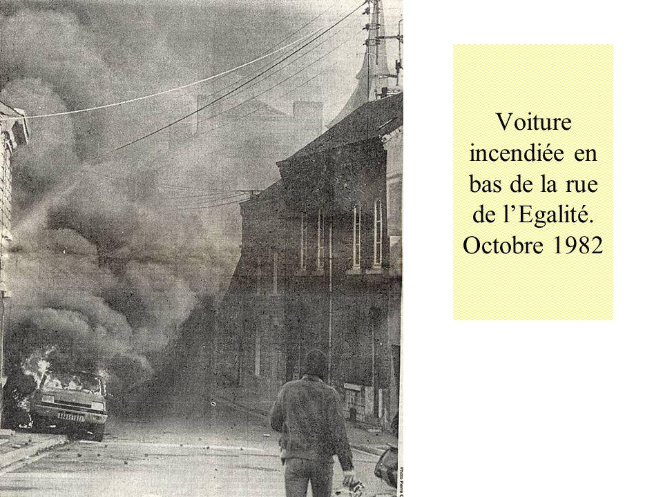 Voiture incendiée en bas de la rue de l'Egalité. Octobre 1982