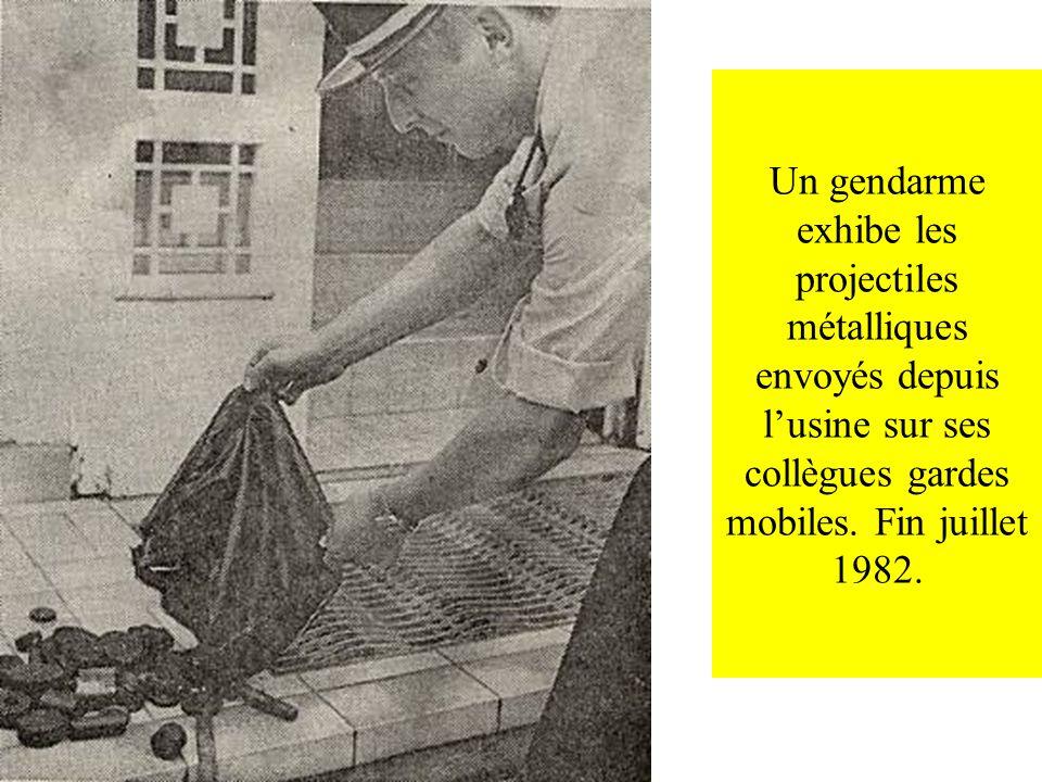 Un gendarme exhibe les projectiles métalliques envoyés depuis l'usine sur ses collègues gardes mobiles.