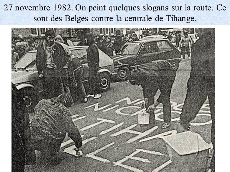 27 novembre 1982. On peint quelques slogans sur la route