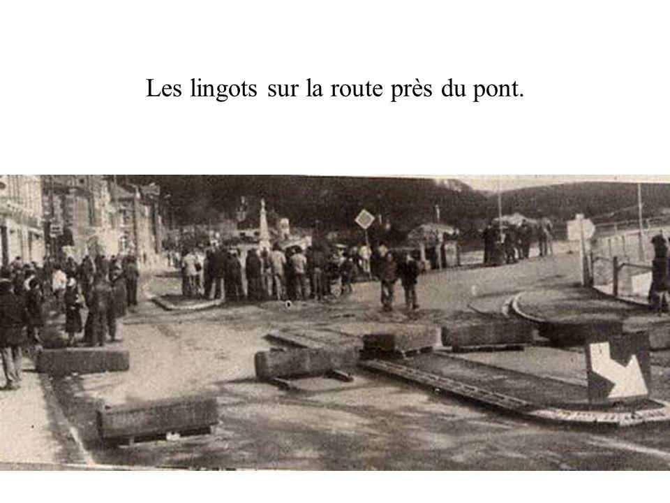 Les lingots sur la route près du pont.