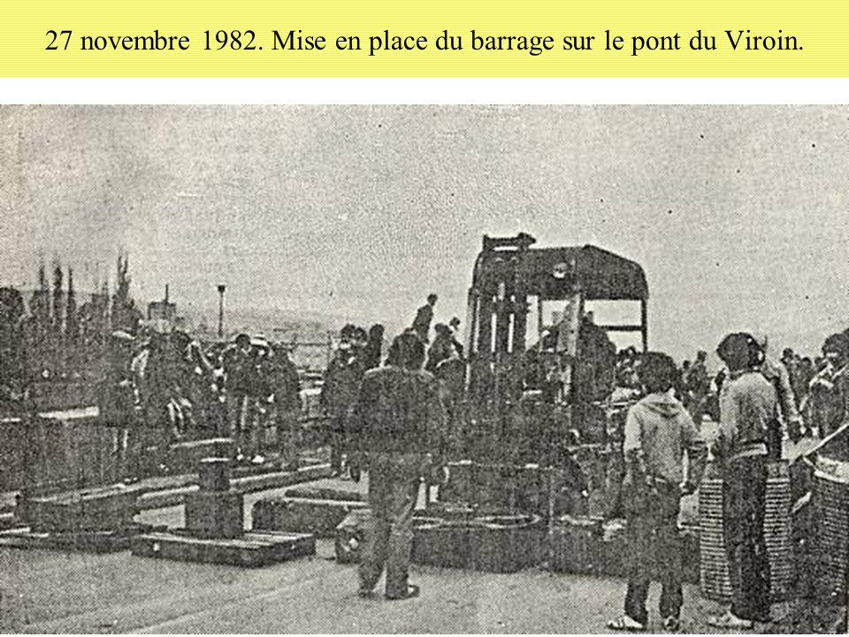 27 novembre 1982. Mise en place du barrage sur le pont du Viroin.