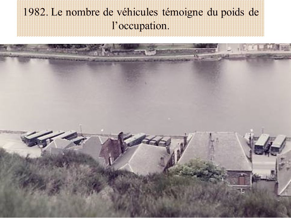 1982. Le nombre de véhicules témoigne du poids de l'occupation.