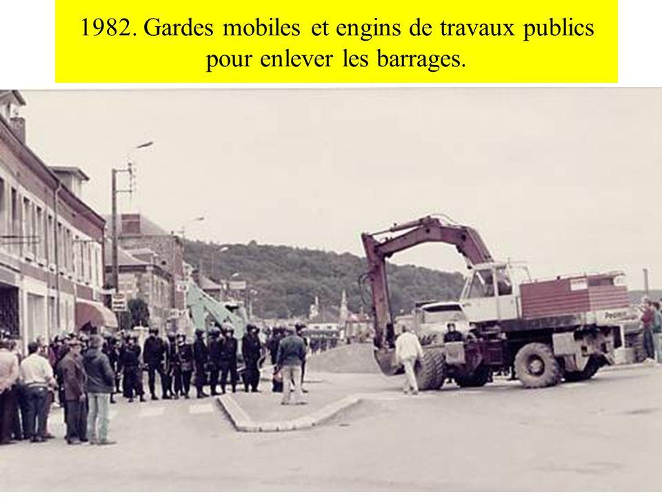 1982. Gardes mobiles et engins de travaux publics pour enlever les barrages.