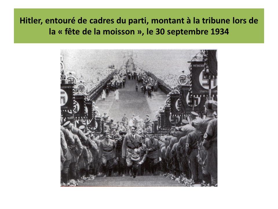 Hitler, entouré de cadres du parti, montant à la tribune lors de la « fête de la moisson », le 30 septembre 1934