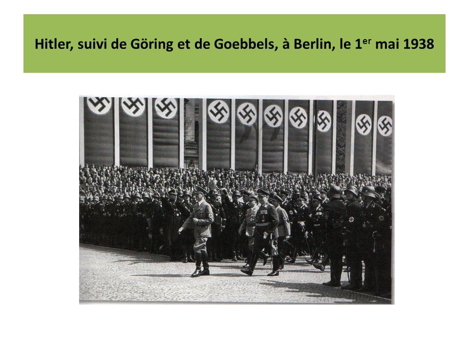 Hitler, suivi de Göring et de Goebbels, à Berlin, le 1er mai 1938