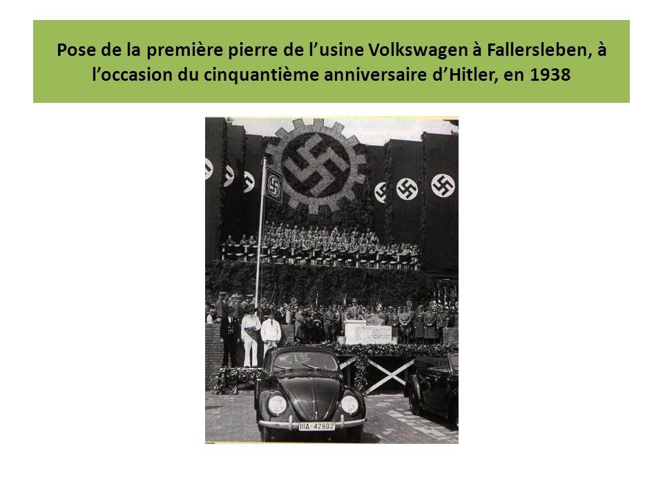 Pose de la première pierre de l'usine Volkswagen à Fallersleben, à l'occasion du cinquantième anniversaire d'Hitler, en 1938