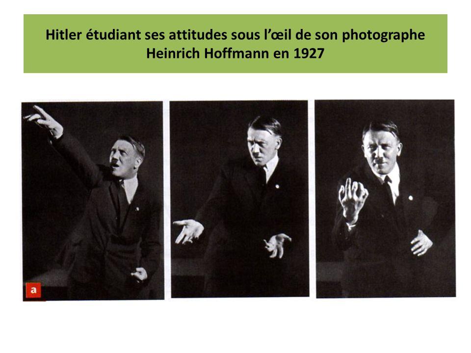 Hitler étudiant ses attitudes sous l'œil de son photographe Heinrich Hoffmann en 1927