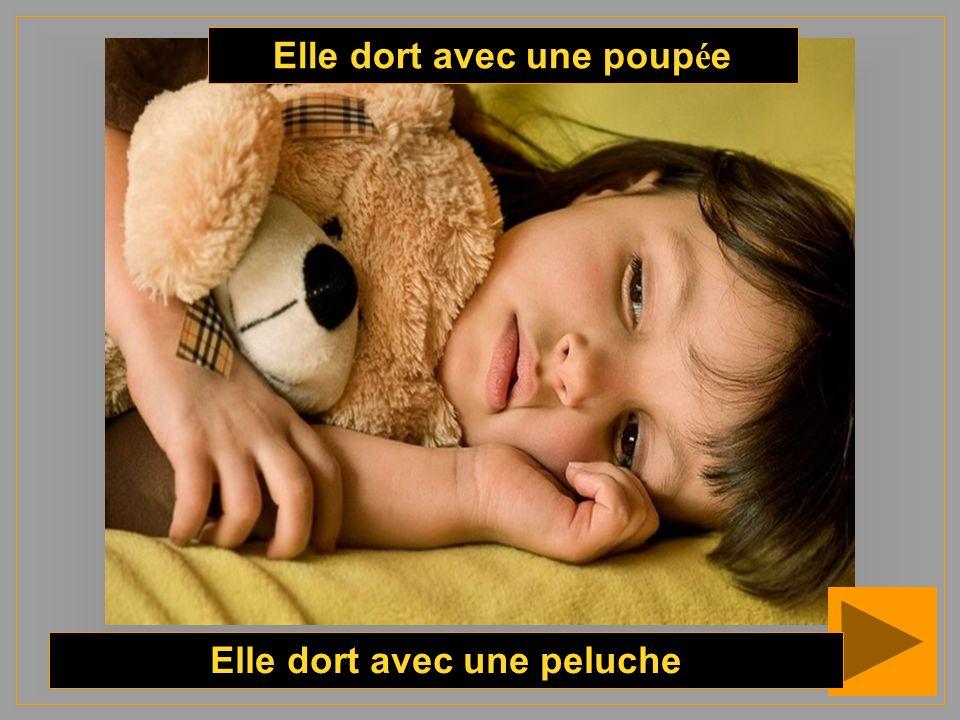 Elle dort avec une poupée Elle dort avec une peluche
