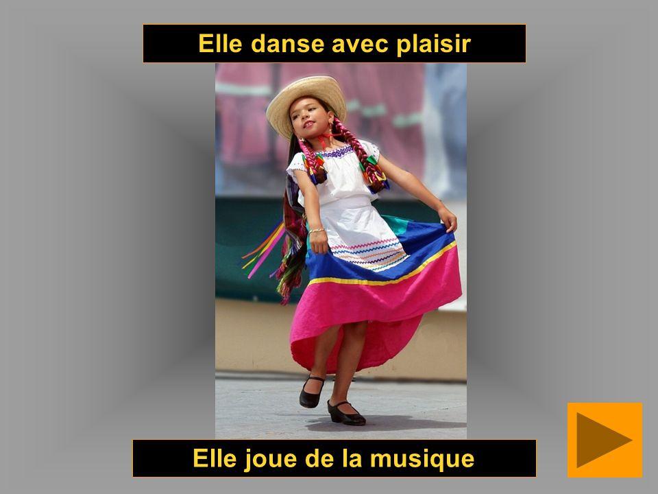 Elle danse avec plaisir