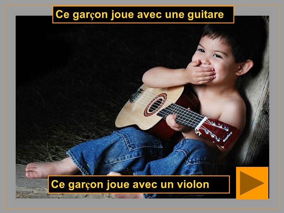 Ce garçon joue avec une guitare