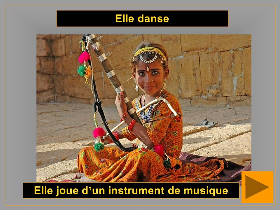 Elle joue d'un instrument de musique