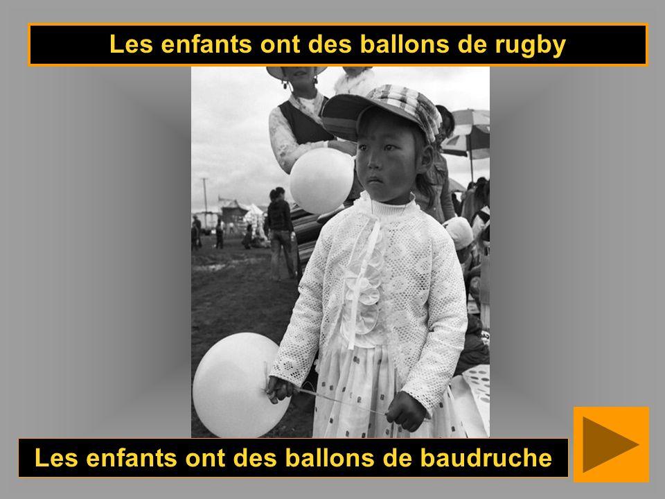 Les enfants ont des ballons de rugby