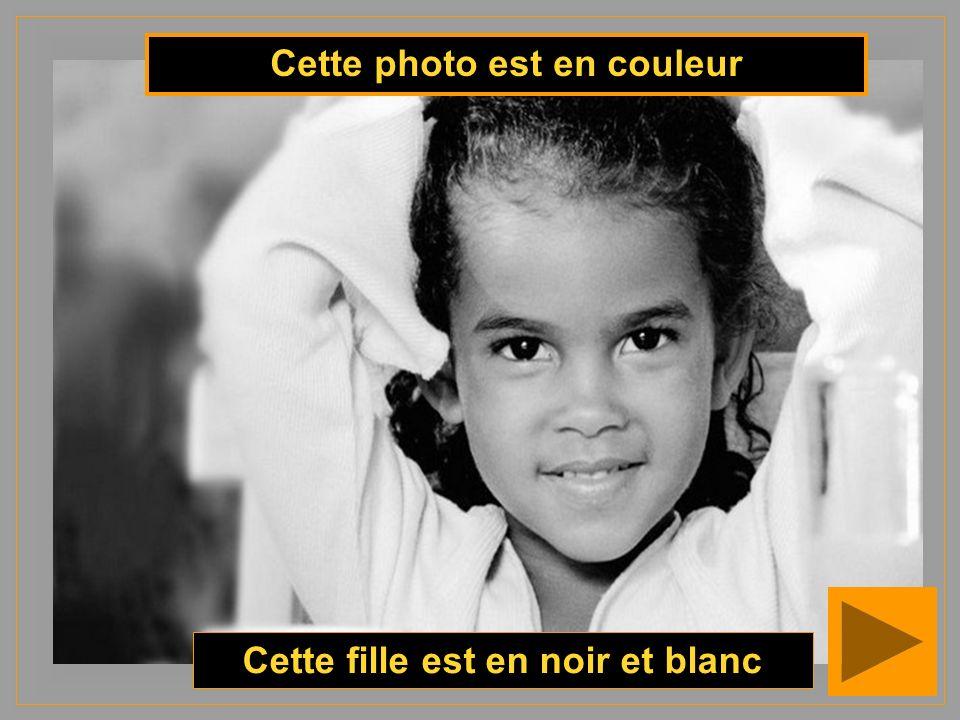 Cette photo est en couleur Cette fille est en noir et blanc