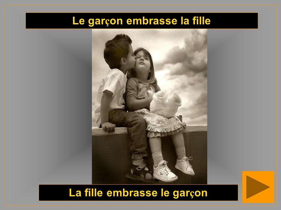 Le garçon embrasse la fille La fille embrasse le garçon