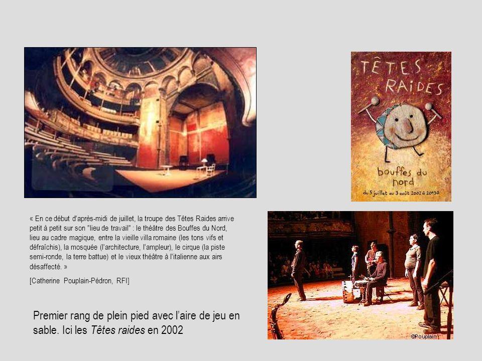 « En ce début d après-midi de juillet, la troupe des Têtes Raides arrive petit à petit sur son lieu de travail : le théâtre des Bouffes du Nord, lieu au cadre magique, entre la vieille villa romaine (les tons vifs et défraîchis), la mosquée (l architecture, l ampleur), le cirque (la piste semi-ronde, la terre battue) et le vieux théâtre à l italienne aux airs désaffecté. »