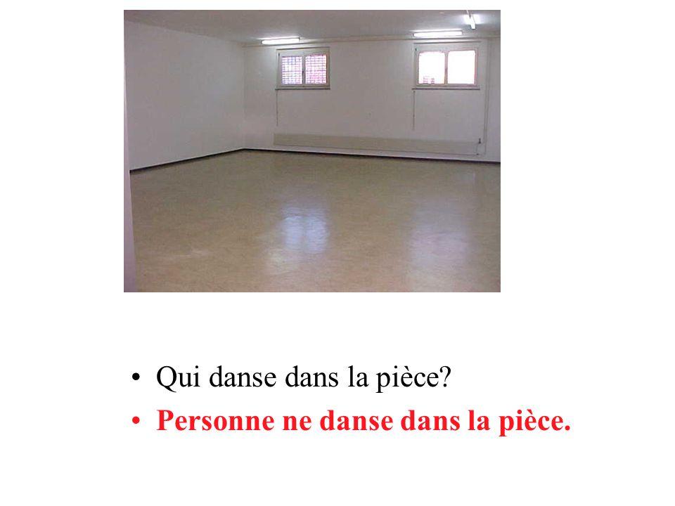 Qui danse dans la pièce Personne ne danse dans la pièce.