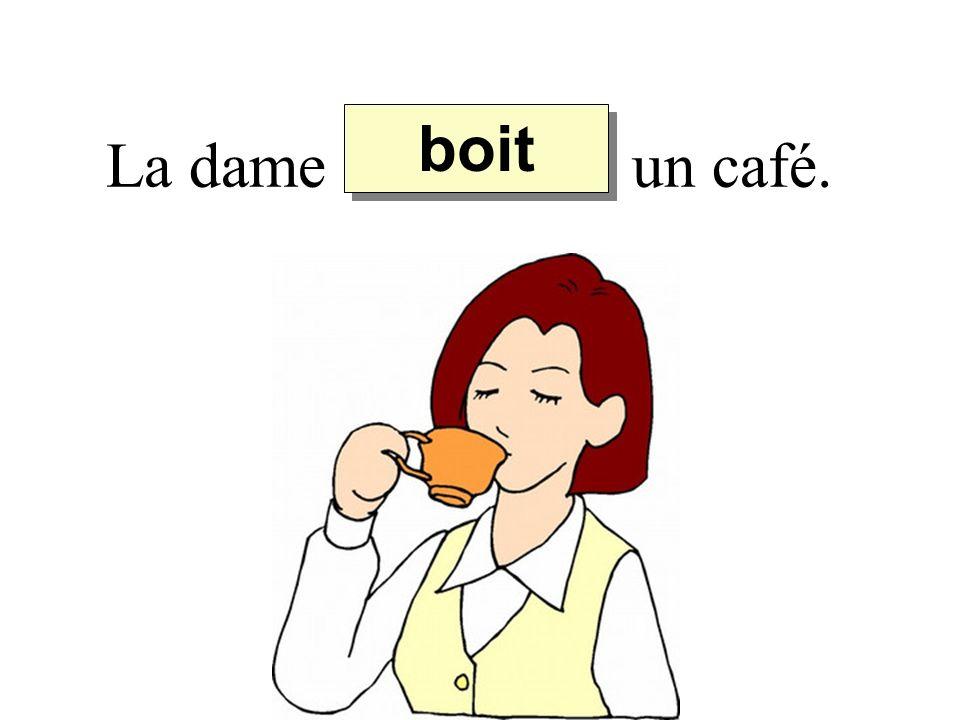 boit La dame un café.
