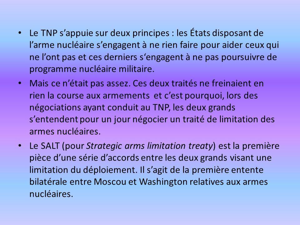 Le TNP s'appuie sur deux principes : les États disposant de l'arme nucléaire s'engagent à ne rien faire pour aider ceux qui ne l'ont pas et ces derniers s'engagent à ne pas poursuivre de programme nucléaire militaire.