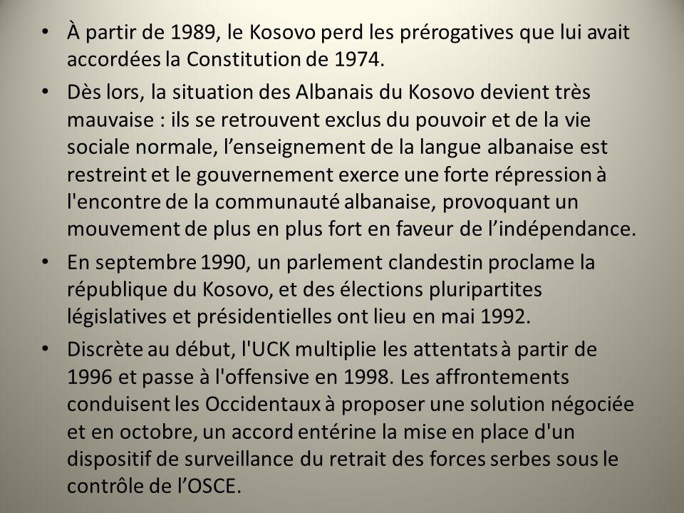 À partir de 1989, le Kosovo perd les prérogatives que lui avait accordées la Constitution de 1974.