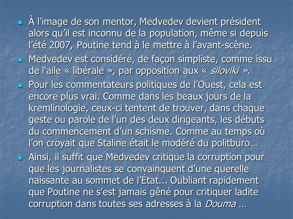À l'image de son mentor, Medvedev devient président alors qu'il est inconnu de la population, même si depuis l'été 2007, Poutine tend à le mettre à l'avant-scène.