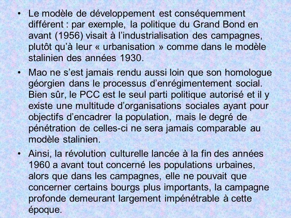 Le modèle de développement est conséquemment différent : par exemple, la politique du Grand Bond en avant (1956) visait à l'industrialisation des campagnes, plutôt qu'à leur « urbanisation » comme dans le modèle stalinien des années 1930.