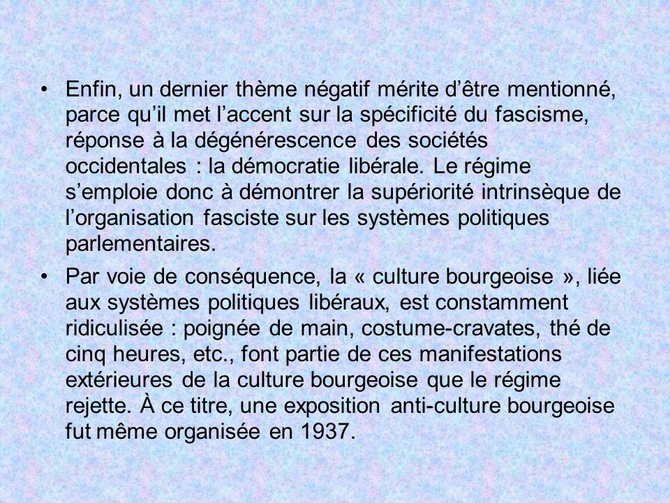 Enfin, un dernier thème négatif mérite d'être mentionné, parce qu'il met l'accent sur la spécificité du fascisme, réponse à la dégénérescence des sociétés occidentales : la démocratie libérale. Le régime s'emploie donc à démontrer la supériorité intrinsèque de l'organisation fasciste sur les systèmes politiques parlementaires.