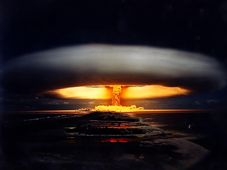 Photographie de l'armée française ; test atomique «Licorne» sur l'atoll de Moruroa (Polynésie française). 18h30, 3 juillet 1970. 914 kilotonnes.