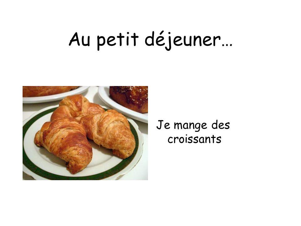 Au petit déjeuner… Je mange des croissants