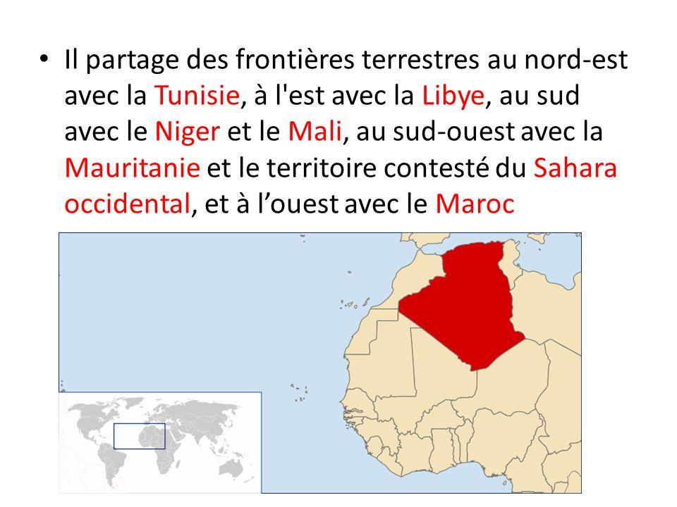 Il partage des frontières terrestres au nord-est avec la Tunisie, à l est avec la Libye, au sud avec le Niger et le Mali, au sud-ouest avec la Mauritanie et le territoire contesté du Sahara occidental, et à l'ouest avec le Maroc