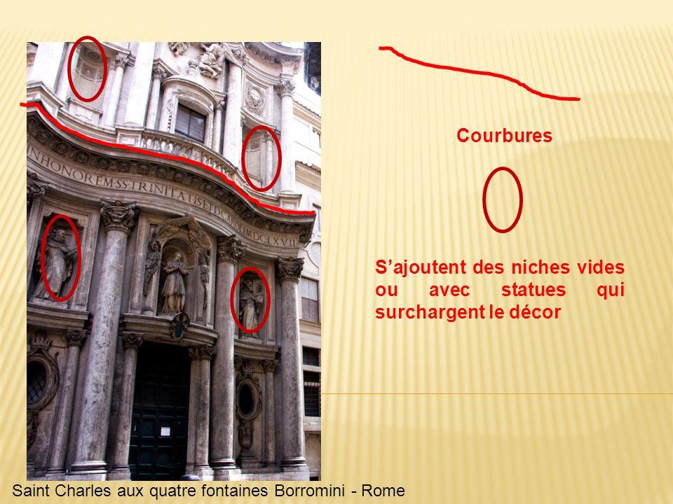 S'ajoutent des niches vides ou avec statues qui surchargent le décor