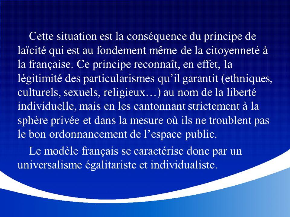 Cette situation est la conséquence du principe de laïcité qui est au fondement même de la citoyenneté à la française. Ce principe reconnaît, en effet, la légitimité des particularismes qu'il garantit (ethniques, culturels, sexuels, religieux…) au nom de la liberté individuelle, mais en les cantonnant strictement à la sphère privée et dans la mesure où ils ne troublent pas le bon ordonnancement de l'espace public.
