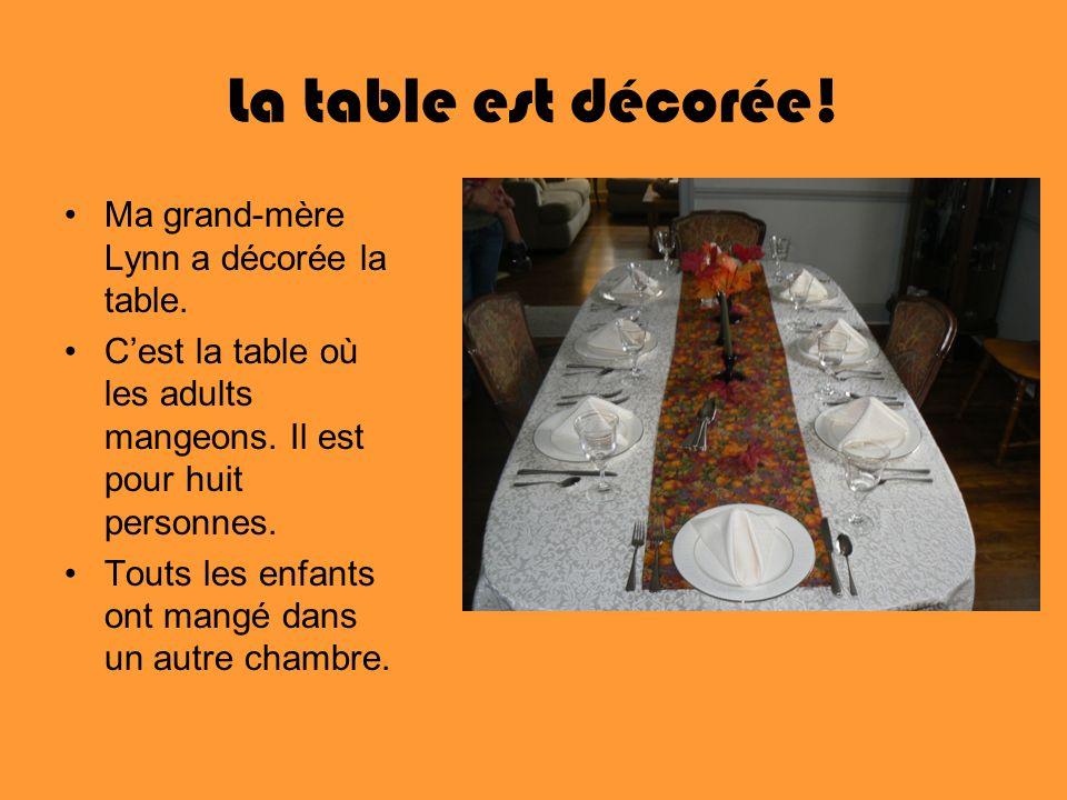 La table est décorée! Ma grand-mère Lynn a décorée la table.