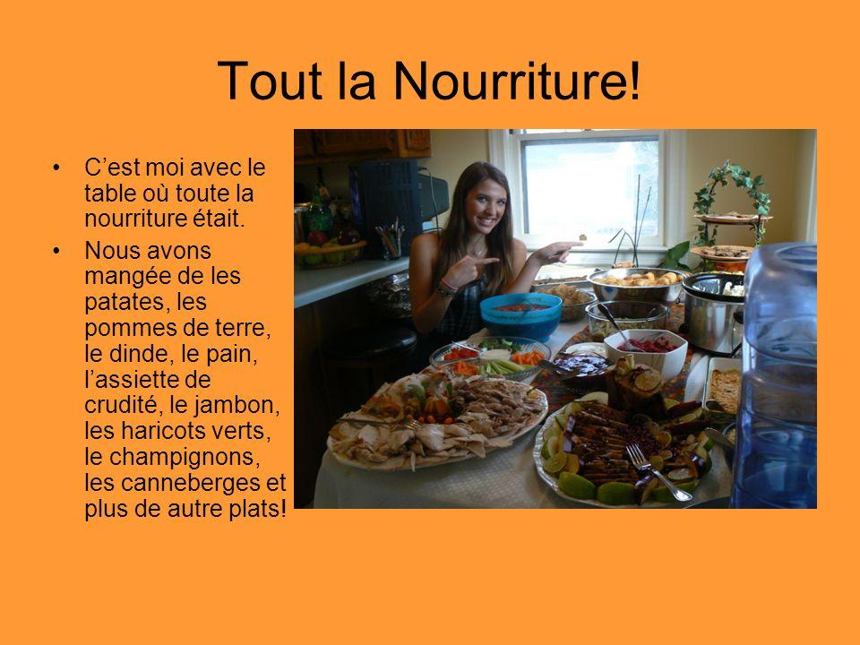 Tout la Nourriture! C'est moi avec le table où toute la nourriture était.